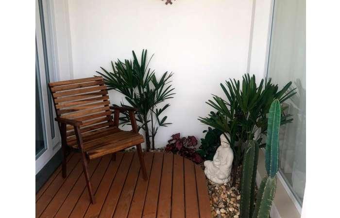 Deck decorado com poltrona de madeira maciça Buiah