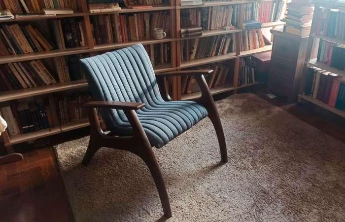 Sala de estar retro decorada com poltrona de madeira estofada Smith