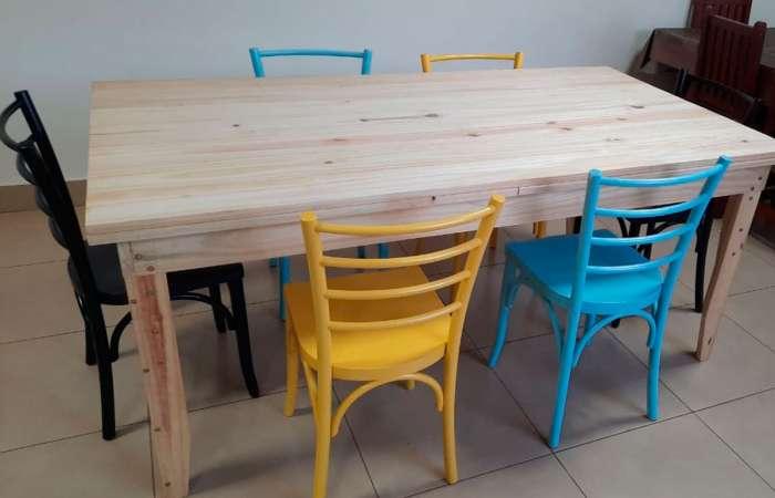 Área gourmet/sala de jantar decorada com cadeiras coloridas Charlotte