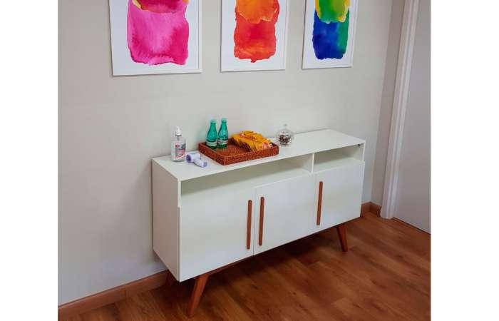 Sala de estar moderna decorada com buffet branco 3 portas Dolores